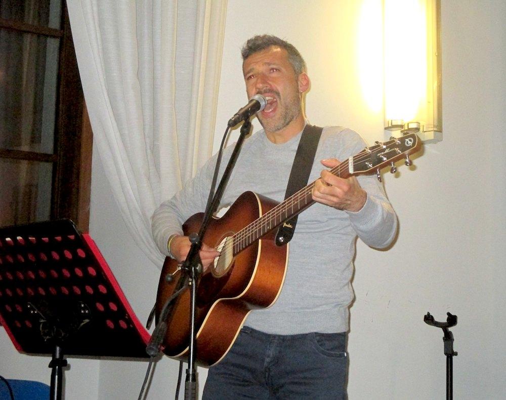Matteo Sacco alla chitarra